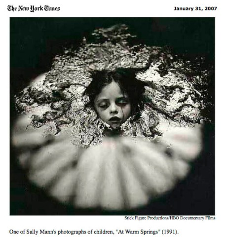 "Detalle de la publicación de The New York Times sobre el documental ""What Remains"" centrado en la obra de Sally Mann"