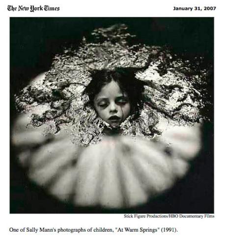 """Detalle de la publicación de The New York Times sobre el documental """"What Remains"""" centrado en la obra de Sally Mann"""