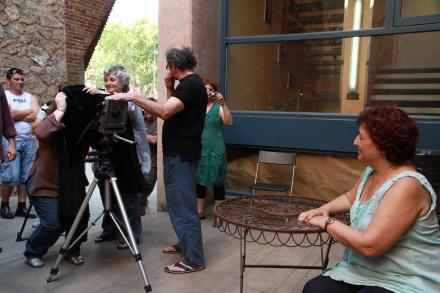 Taller abierto de Colodión: Lola Montserrat y Faustí Llucià con la cámara y Carme Muñoz de modelo improvisada. FotoFesta 2012. Fotografía reproducida por gentileza de su autora: Carme Muñoz.