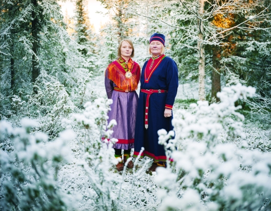 "Los Sami, Erika Larsen, 2007-2011. Sunna Kati Skaltjie y Laila Spik Skaltjie, madre e hija, vestidas c on sus vestidos tradicionales llamados ""gahkti"", indumentaria típica de Jokkmokk, Suecia"