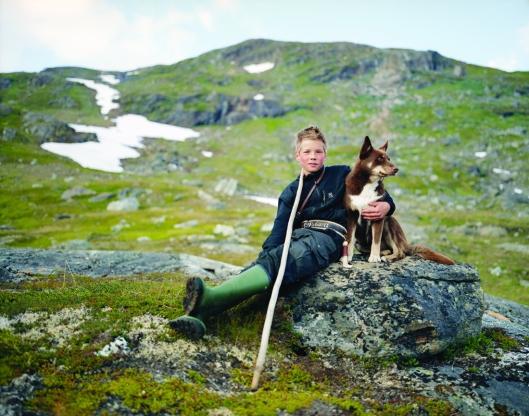 Los Sami, Erika Larsen, 2007-2011. Johan Kuhmunen, con su perro Cammu, vive en Suecia, pero durante el verano cruza con la manada de su familia hasta Noruega. Suecia.