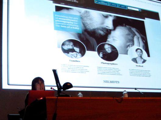 """Momento de la conferencia de Montse Morcate en el curso """"El álbum familiar: otras narrativas en los márgenes"""", 2013"""
